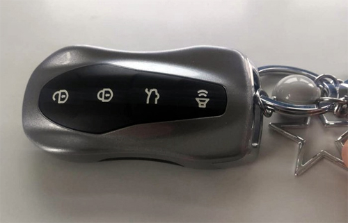 Chìa khóa của Geely FY11 với kiểu dáng mô phỏng một chiếc ôtô thể thao. Ảnh: Sina