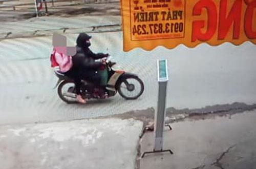Hình ảnh Trình chở bé gái trên xe máy bị camera an ninh ghi lại. Ảnh: Công an cung cấp.