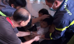 Gần 2 giờ giải cứu bé trai bị kẹt giữa hai vách tường