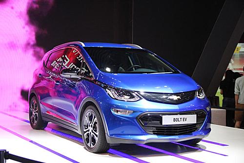 Chevrolet Bolt, mẫu hatchback chạy điện tại triển lãm ôtô Việt Nam 2017. Ảnh: Khải Biền.