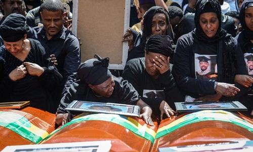 Người thân của các nạn nhân thiệt mạng trong tai nạn máy bay Ethiopia tại lễ tang tập thể tổ chức ở thủ đô Addis Ababa ngày 17/3. Ảnh: Sky News.