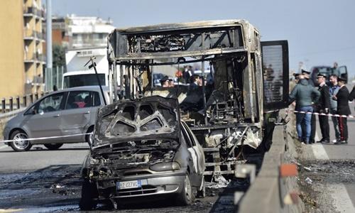 Chiếc xe buýt bị cháy trơ khung trong khủng hoảng con tin ở Italy ngày 20/3. Ảnh: AFP.