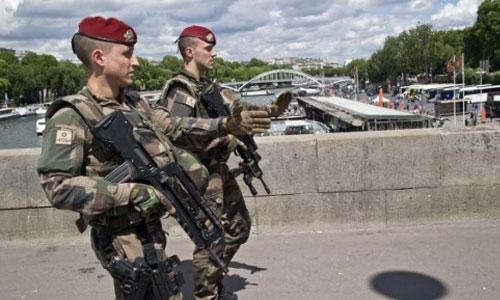 Cảnh sát Pháp tuần tra trên đường phố Paris năm 2017. Ảnh: AFP.