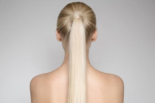 Các nhân chứng không thống nhất được về độ sáng của mái tóc.