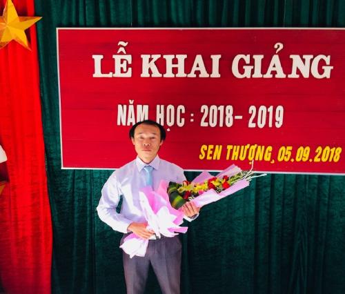 Thầy giáo Lò Văn Hưng, tổ trưởng tổ Toán  Lý THCS Sen Thượng, Mường Nhé.