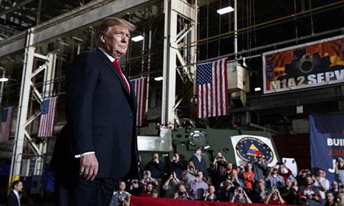 Tổng thống Trump phát biểu tại nhà máy sản xuất xe tăng cuối cùng của Mỹ ở Lima, bang Ohio, hôm 20/3. Ảnh: Guardian.