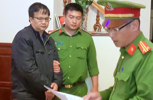 Ông Sơn nghe cơ quan công an đọc lệnh bắt tạm giam. Ảnh: Khánh Hương.