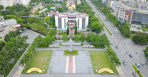 Tượng đài Lê Lợi được đặt ở giao lộ lớn nhất nội đô TP Thanh Hoá. Ảnh: Lê Hoàng.