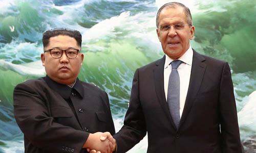 Ngoại trưởng Nga Sergei Lavrov bắt tay lãnh đạo Triều Tiên Kim Jong-un trong chuyến thăm Bình Nhưỡng hồi tháng 5/2018. Ảnh: TASS.