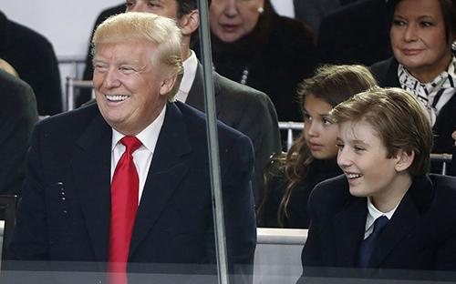 Tổng thống Trump và con trai út Barron. Ảnh: Potus Twitter