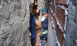 Hai tiếng giải cứu bé 8 tuổi kẹt giữa khe tường ở Bến Tre