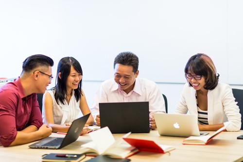 Học viên MBA tại RMIT làm dự án nhóm giải quyết các vấn đề thực tế của các doanh nghiệp đối tác.