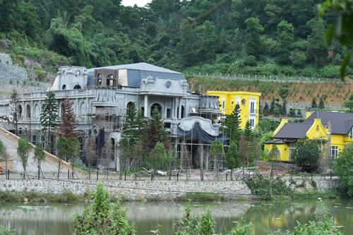 Một công trình kiên cố tại khu vực hồ thuộc xã Minh Trí, Sóc Sơn. Ảnh: Gia Chính.