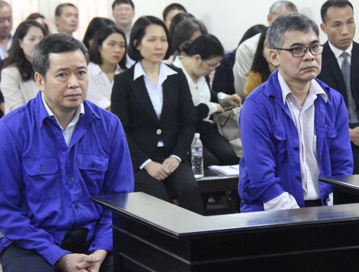 Bị cáo Nghĩa (áo xanh bên trái) và bị cáo Huy tại phòng xử án sáng 21/3.