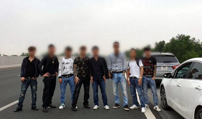 Tài xế ôtô cùng nhóm thanh niên dàng hàng ngang chụp ảnh trên cao tốc Hà Nội, Hải Phòng.