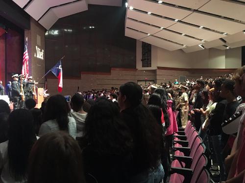 900 người tham dự buổi lễ tốt nghiệp sớm của Marquez. Ảnh: KPRC2 Rose-Ann Aragon
