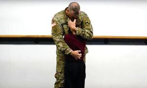 Con trai lính Mỹ bật khóc khi gặp lại bố trên sàn võ Taekwondo