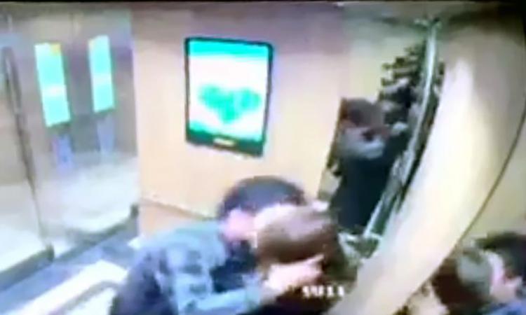 Hình ảnh nữ sinh bị sàm sỡ được camera an ninh ghi lại.