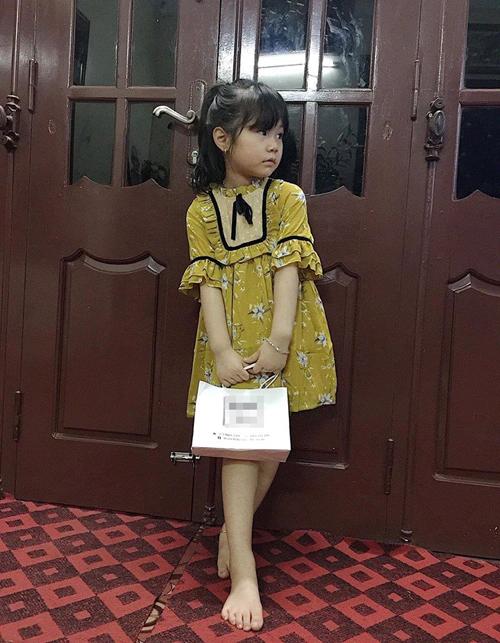 Chiếc váy được mua với số tiền tiết kiệm và tài trợ từ mẹ.