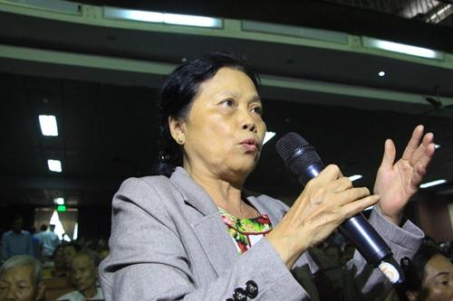 Bà Phan Thị Thủy mong lãnh đạo thành phố quan tâm cấp hộ khẩu, giấy chứng minh nhân dân cho người dân. Ảnh: Võ Thạnh