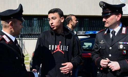 Ramy Shehata trao đổi tình hình lúc xe buýt bị bắt cóc với cảnh sát. Ảnh: AFP.