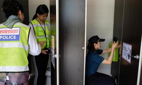 Cảnh sát kiểm tra nhà vệ sinh gần bể bơi ở Changwon tháng 7/2018. Ảnh: Washington Post.