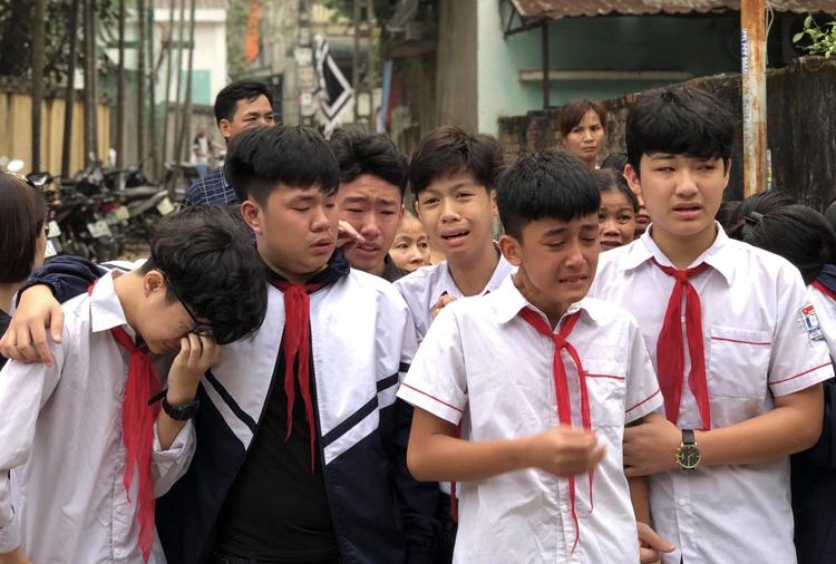 Các em học sinh đến tiễn đưa bạn bị đuối nước. Ảnh: Phạm Dự