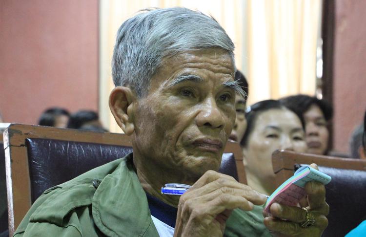 Ông Hồ Minh ghi chép cẩn thận các chính sách di dời àm thành phố Huế đưa ra. Ảnh: Võ Thạnh