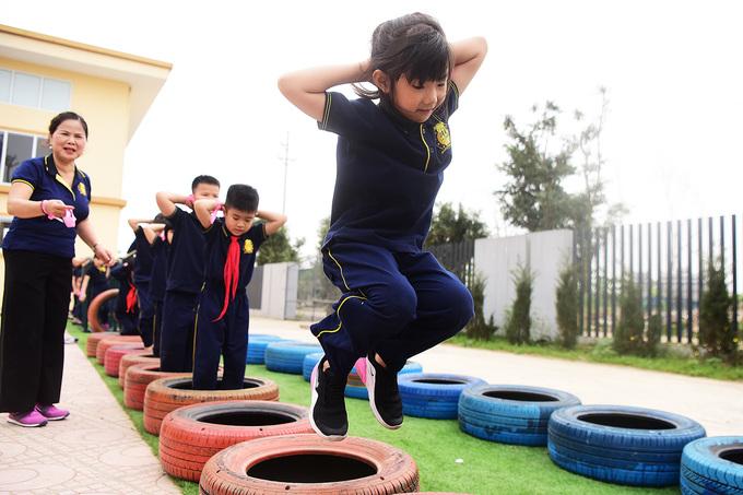 Học sinh Hà Nội vượt chướng ngại vật, rèn thể lực