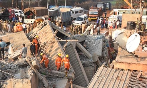 Hiện trường nhà sập ở huyện Dharwad, bang Karnata. Ảnh: AFP.
