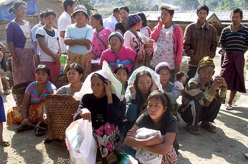 Người dânchờ phát khẩu phần ăn tại một trại tị nạn ở Laiza, đông bắcMyanmar. Ảnh: AP