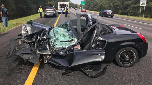 Ôtô thể thao gặp nạn móp nửa thân, tài xế thoát chết