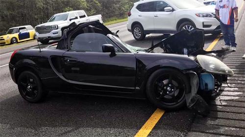 Ôtô thể thao gặp nạn móp nửa thân, tài xế thoát chết - 1