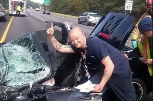 Scott Shepherd chụp ảnh cạnh chiếc Toyota MR2 sau tai nạn. Ảnh: The Drive