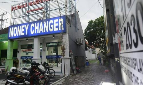 Quầy đổi tiền ở Bali bị cướp tấn công. Ảnh: AFP.