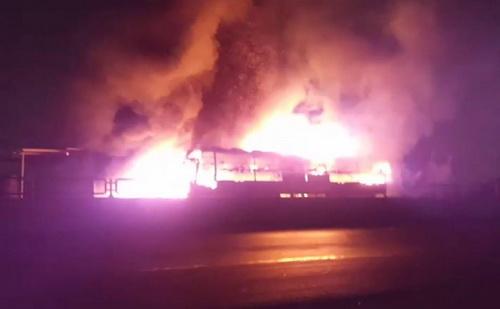 Xe khách cháy rực trong đêm. Ảnh: Phan Thành
