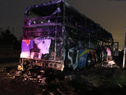 Vụ tai nạn không gây thương vong song tài sản của hành khách cùng chiếc xe bị cháy rụi hoàn toàn. Ảnh: Phan Thành