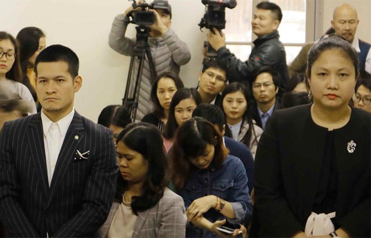 Đạo diễn Việt Tú (bên trái) và đại diện Tuần Châu Hà Nội nghe tuyên án vào sáng 20/3.
