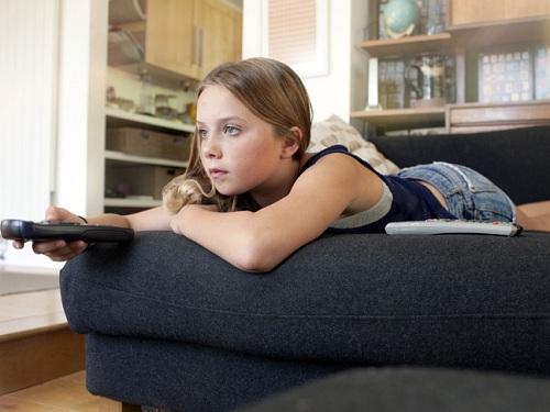 Trẻ cần được dạy những nguyên tắc an toàn khi ở nhà một mình. Ảnh: Momtastic