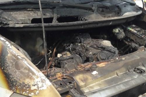 Phần đầu xe bị cháy nham nham nhở. Ảnh: Quang Anh