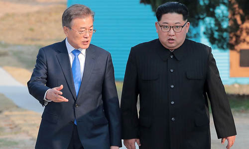 Tổng thống Hàn Quốc Moon Jae-in (trái) và lãnh đạo Kim Jong-un trong hội nghị thượng đỉnh liên Triều hồi tháng 4/2018 tại biên giới hai nước. Ảnh: Reuters.