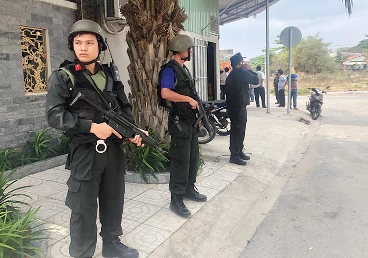 Cảnh sát bao vây kho hàng của Công ty Hashan. Ảnh: CTV.