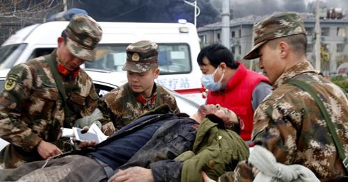 Binhh sĩ đưa người bị thương lên xe cấp cứu sau vụ nổ ở Giang Tô hôm 21/3. Ảnh: AFP.