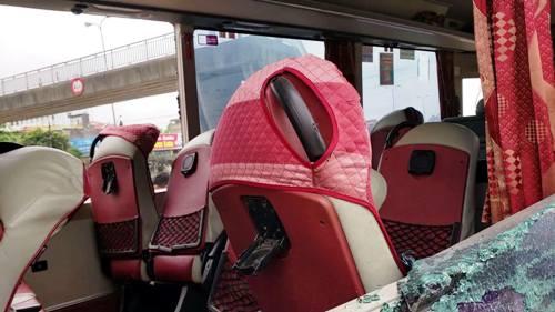 Để giải cứu cho hành khách và lái xe bị thương kẹt bên trong xe, người dân đã dùng các vật cứng đập vỡ kính chắn 2 bên thành xe để đưa người bị thương đi cấp cứu. Ảnh: Giang Chinh