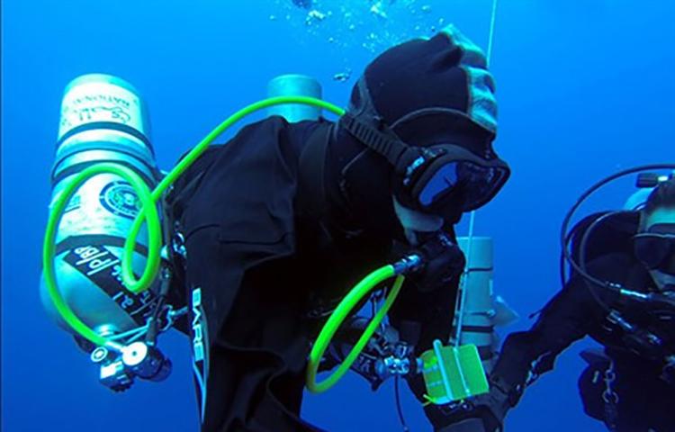Thợ lặn Ahmed Gabr lập kỷ lục Guiness khi lặn xuống độ sâu hơn 324 mét dưới đáy biển năm 2014.