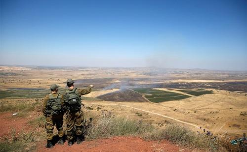 Binh sĩ Israel nhìn sang Cao nguyên Golan thuộc Syria từphần Cao nguyên Golan do Israel chiếm đóng tháng 7/2018. Ảnh: Reuters.