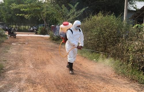 Cán bộ thú y bơm thuốc tiêu độc, khử trùng khu vực ở xã Phong Sơn. Ảnh: Võ Thạnh