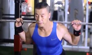 Người đàn ông Trung Quốc 70 tuổi có thể hình cường tráng hơn cả thanh niên