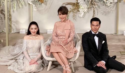 Công chúa Ubolratana (giữa) chụp ảnh cùng cô dâu và chú rể tại Hong Kong ngày 22/3. Ảnh: Khaosod.