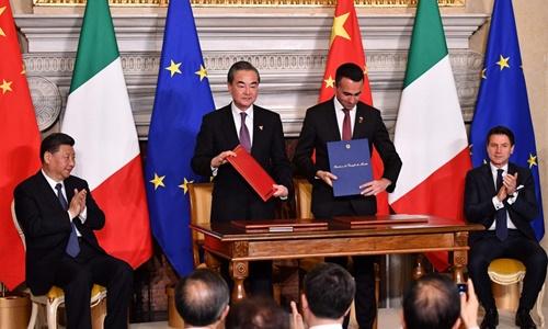Lễ ký kết thỏa thuận Vành đai Con đường diễn ra hôm nay dưới sự chứng kiến của Chủ tịch Trung Quốc Tập Cận Bình (ngoài cùng bên trái) và Thủ tướng Italy Giuseppe Conte. Ảnh: AFP.